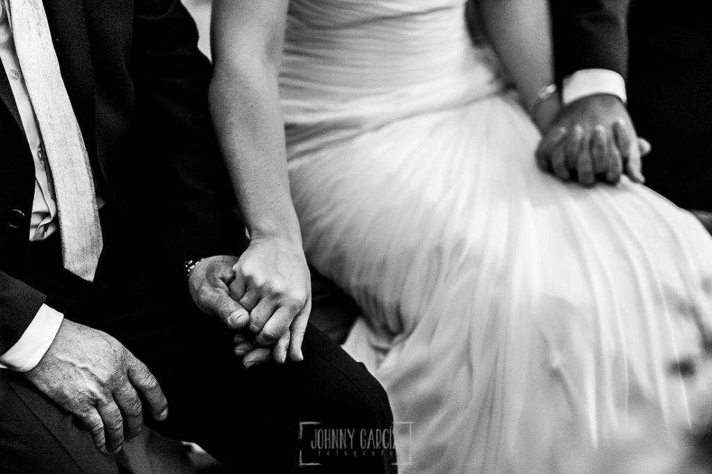 Boda en Caceres, Maria e Isidro, realizada por el fotografo de bodas en Caceres Johnny Garcia, Extremadura, María coge la mano de su padre y de Isidro