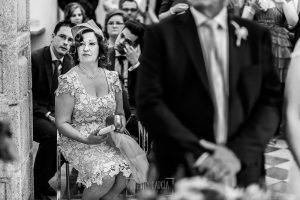 Boda en Caceres, Maria e Isidro, realizada por el fotografo de bodas en Caceres Johnny Garcia, Extremadura, la madre de María y el hermano emocionado en un momento de la ceremonia