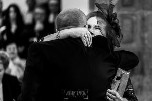 Boda en Caceres, Maria e Isidro, realizada por el fotografo de bodas en Caceres Johnny Garcia, Extremadura, Isidro abraza a su madre