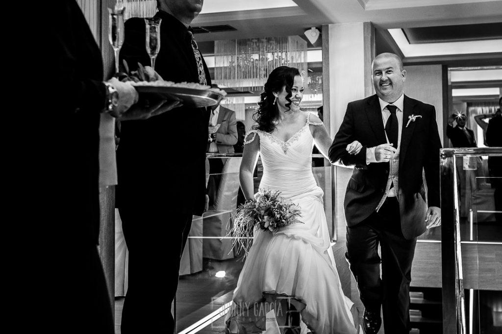 Boda en Caceres, Maria e Isidro, realizada por el fotografo de bodas en Caceres Johnny Garcia, Extremadura, Maria e Isidro entran al restaurante
