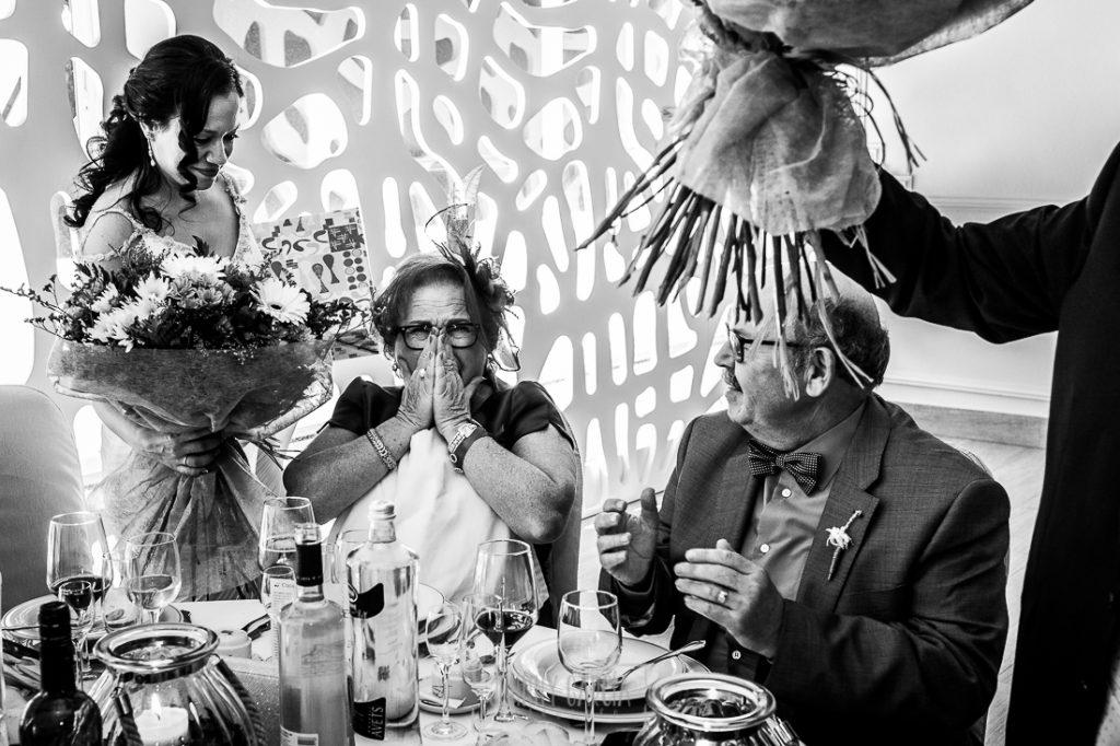 Boda en Caceres, Maria e Isidro, realizada por el fotografo de bodas en Caceres Johnny Garcia, Extremadura, la madre de Isidro se emociona cuando María le entrega un ramo de flores