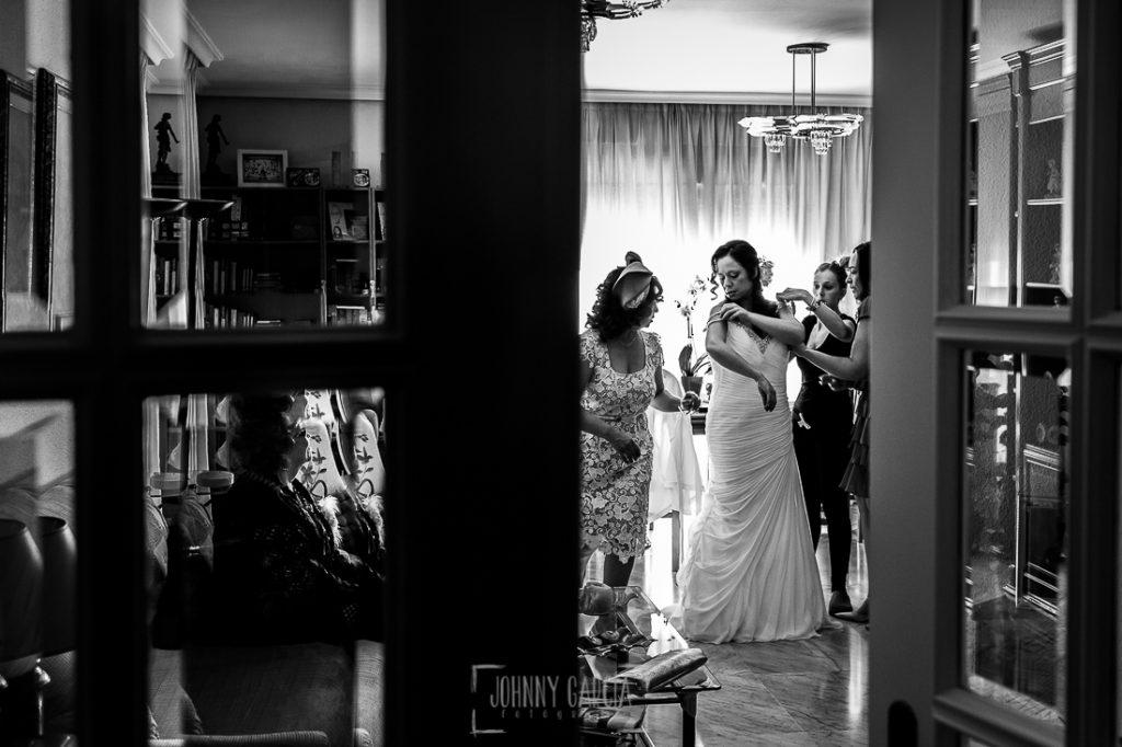 Boda en Caceres, Maria e Isidro, realizada por el fotografo de bodas en Caceres Johnny Garcia, Extremadura, María se viste ayudada por su familia