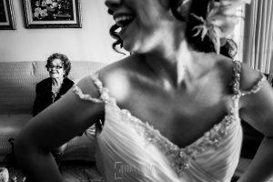 Boda en Caceres, Maria e Isidro, realizada por el fotografo de bodas en Caceres Johnny Garcia, Extremadura, María ríe en primer plano, al fondo su abuela