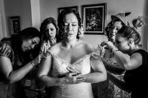 Boda en Caceres, Maria e Isidro, realizada por el fotografo de bodas en Caceres Johnny Garcia, Extremadura, María nerviosa mientras se viste