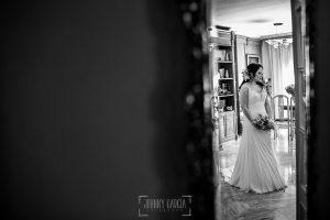 Boda en Caceres, Maria e Isidro, realizada por el fotografo de bodas en Caceres Johnny Garcia, Extremadura, un retrato de maría reflejada en el espejo en casa de sus padres