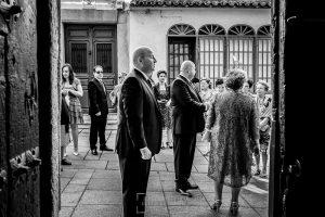 Boda en Caceres, Maria e Isidro, realizada por el fotografo de bodas en Caceres Johnny Garcia, Extremadura, Isidro en la puerta del lugar de la ceremonia esperando a la novia