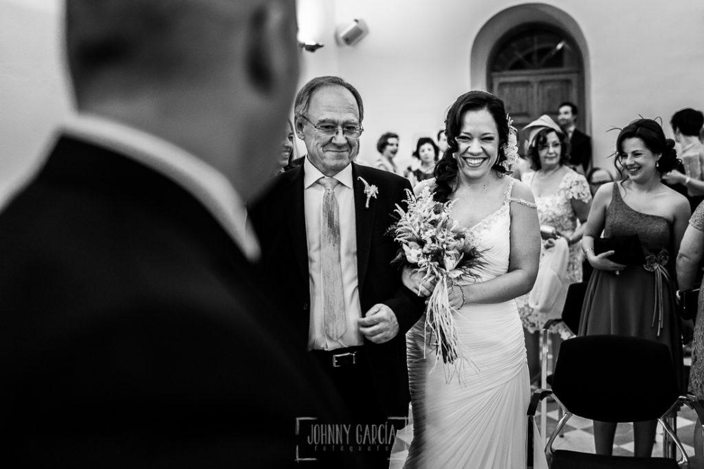 Boda en Caceres, Maria e Isidro, realizada por el fotografo de bodas en Caceres Johnny Garcia, Extremadura, María entra y ve por primera vez a Isidro vestida de novia