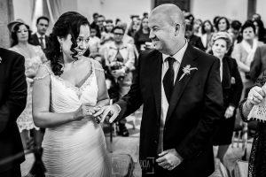Boda en Caceres, Maria e Isidro, realizada por el fotografo de bodas en Caceres Johnny Garcia, Extremadura, María e Isidro intercambian anillos