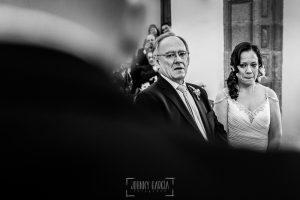 Boda en Caceres, Maria e Isidro, realizada por el fotografo de bodas en Caceres Johnny Garcia, Extremadura, María emocionada mientras Isidro le dedica unas palabras