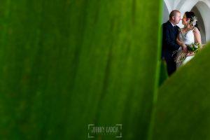 Boda en Caceres, Maria e Isidro, realizada por el fotografo de bodas en Caceres Johnny Garcia, Extremadura, un retrato de la pareja entre unas hojas de una planta