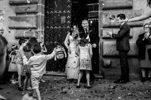 Boda en Caceres, Maria e Isidro, realizada por el fotografo de bodas en Caceres Johnny Garcia, Extremadura, María e Isidro salen y los invitados les tiran arroz