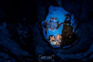 Boda en Caceres, Maria e Isidro, realizada por el fotografo de bodas en Caceres Johnny Garcia, Extremadura, un retrato de María e Isidro reflejados en un charco en el suelo del casco antiguo de Cáceres