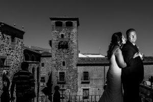 Boda en Caceres, Maria e Isidro, realizada por el fotografo de bodas en Caceres Johnny Garcia, Extremadura, un retrato de los novios en la Plaza de San Jorge en Cáceres