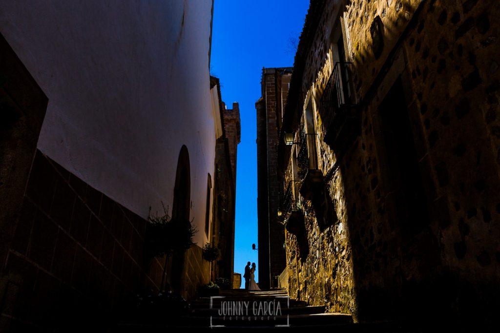 Boda en Caceres, Maria e Isidro, realizada por el fotografo de bodas en Caceres Johnny Garcia, Extremadura, un retrato a contraluz de lla pareja