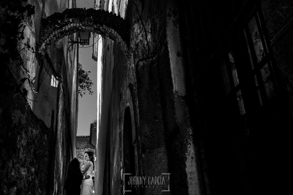 Boda en Caceres, Maria e Isidro, realizada por el fotografo de bodas en Caceres Johnny Garcia, Extremadura, un retrato de María e Isidro en el barrio judio de Cáceres