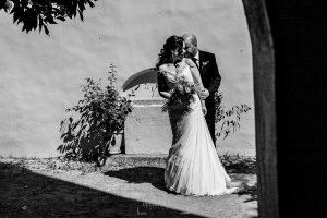 Boda en Caceres, Maria e Isidro, realizada por el fotografo de bodas en Caceres Johnny Garcia, Extremadura, los novios en la sesión de exteriores por Cáceres