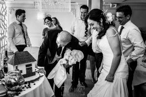 Boda en Caceres, Maria e Isidro, realizada por el fotografo de bodas en Caceres Johnny Garcia, Extremadura, Marí sorprendida por un regalo de los familiares