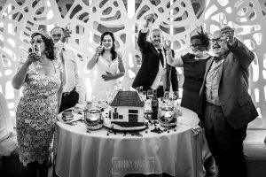Boda en Caceres, Maria e Isidro, realizada por el fotografo de bodas en Caceres Johnny Garcia, Extremadura, la mesa nupcial se levanta para brindar con los invitados
