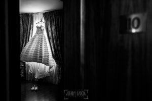 Boda en Valladolid, Alexandra y David, Johnny Garcia, el vestido de Alenxandra colgado en la habitacion del hotel