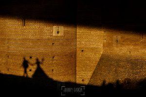 Boda en Valladolid, Alexandra y David, Johnny Garcia, una fotografía de la sombra de la pareja sobre el castillo de medina del campo