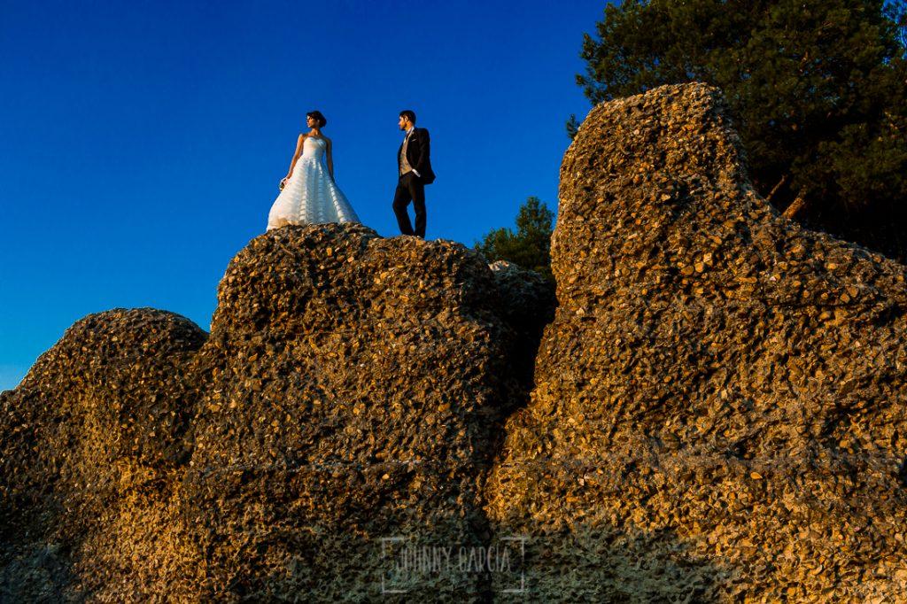 Boda en Valladolid, Alexandra y David, Johnny Garcia, un retrto de la pareja sobre unas rocas