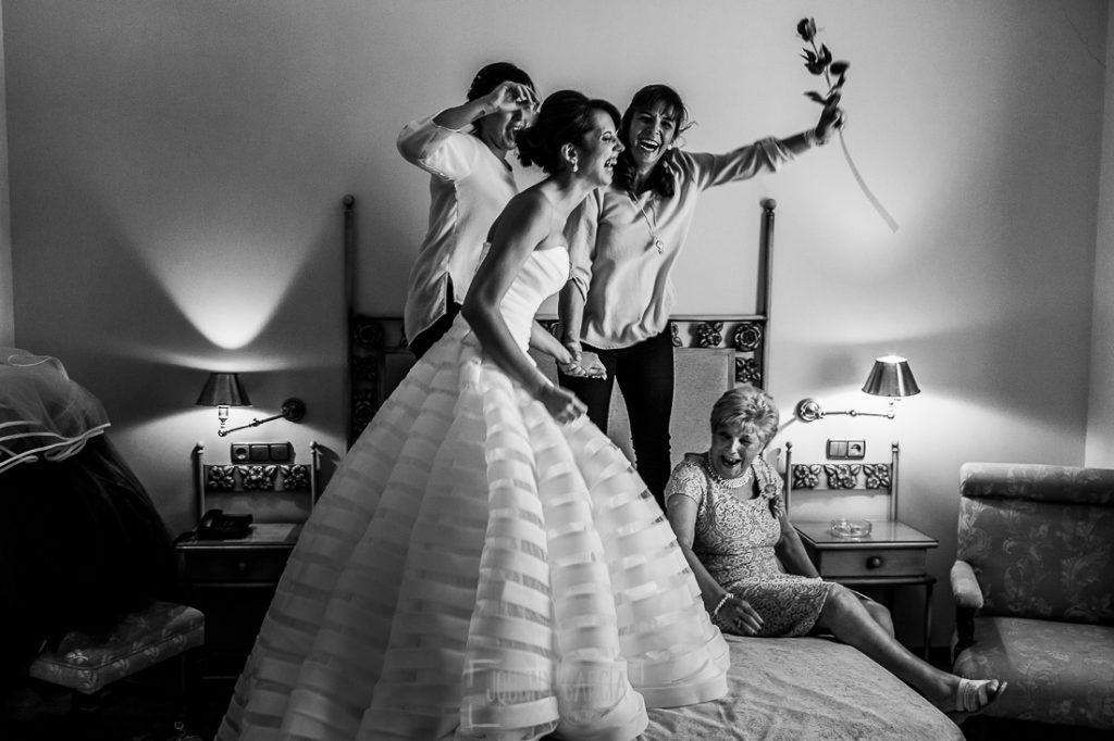 Boda en Valladolid, Alexandra y David, Johnny Garcia, Alexandra y su familia saltan encima de la cama