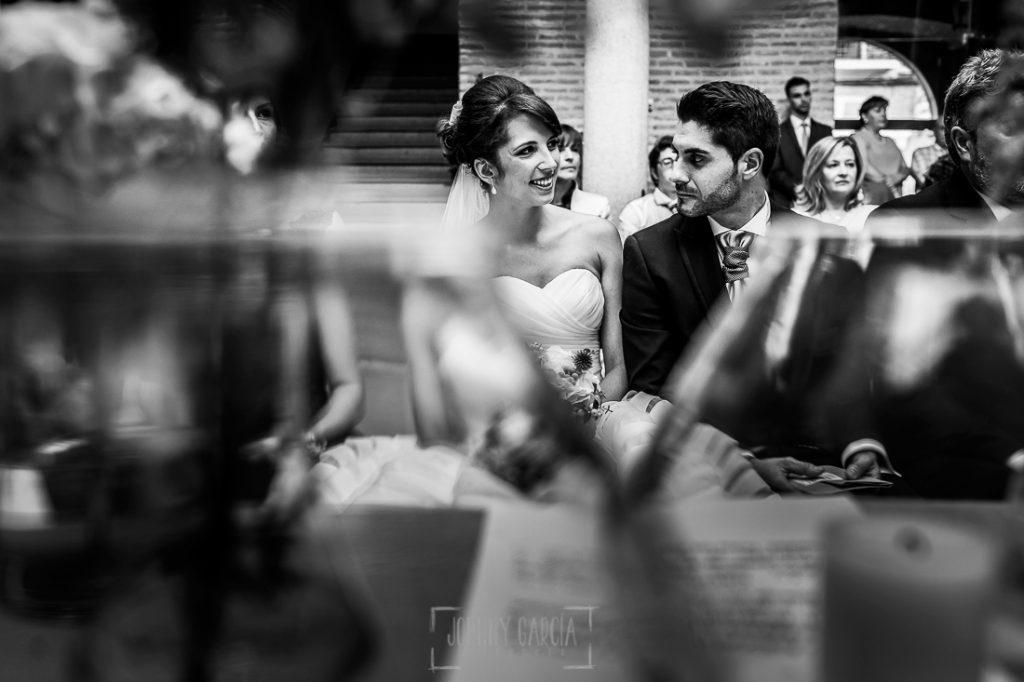 Boda en Valladolid, Alexandra y David, Johnny Garcia, David mira a Alexandra en un momento de la ceremonia