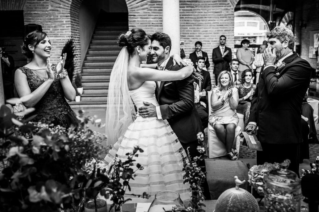 Boda en Valladolid, Alexandra y David, Johnny Garcia, la pareja se besa al terminar el si, quiero