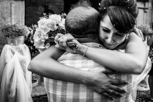 Boda en Valladolid, Alexandra y David, Johnny Garcia, Alexandra emocionada se abraza a su padre