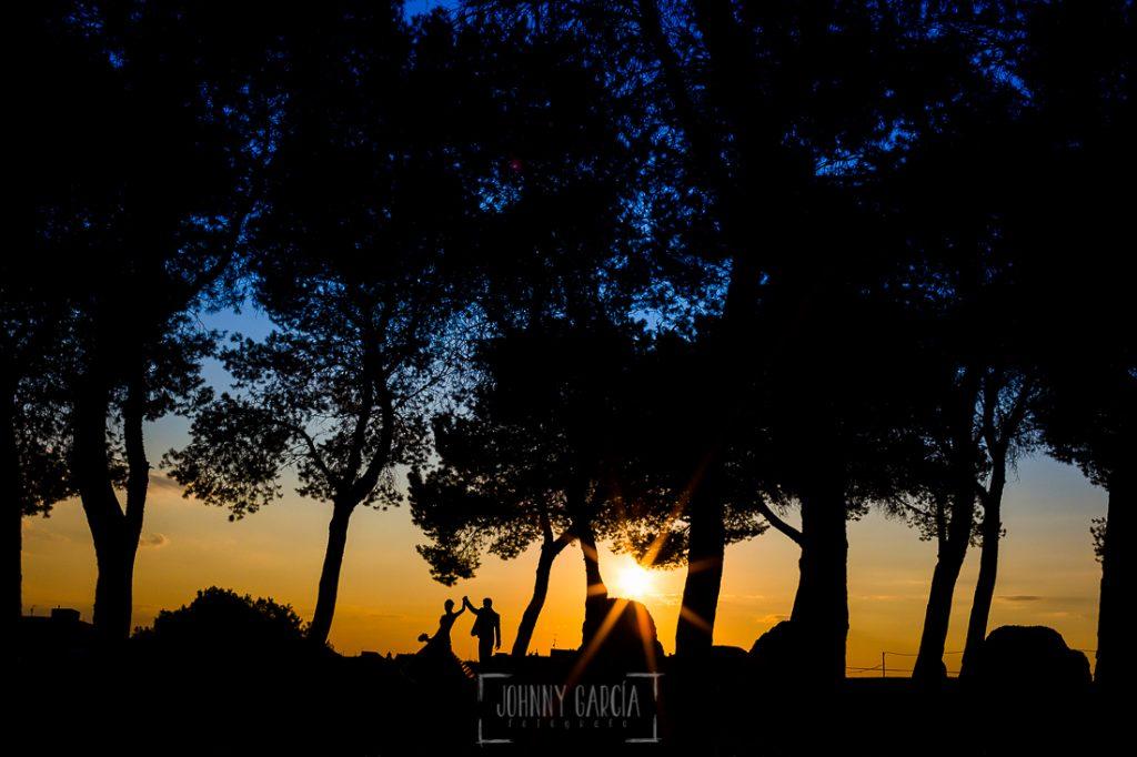 Boda en Valladolid, Alexandra y David, Johnny Garcia, un retrato a contraluz de la pareja en la hora de la puesta de sol