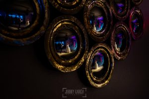 Boda en Valladolid, Alexandra y David, Johnny Garcia, un retrato de los novios en el baile nuocial reflejados en un espejo