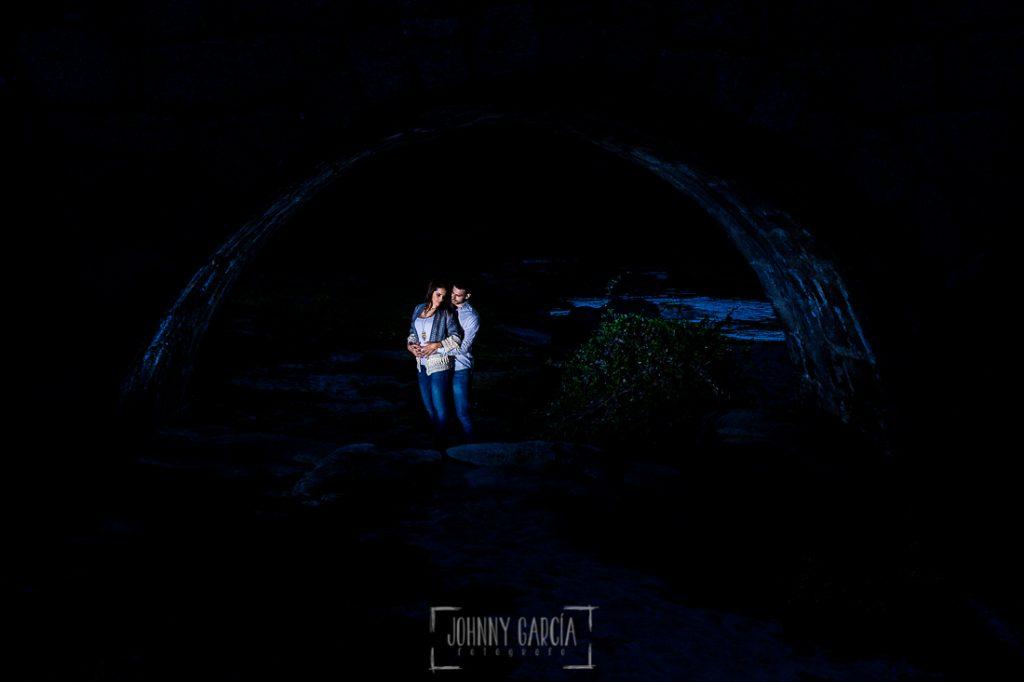 Pre boda en Salamanca de Noelia y Cesar realizada por Johnny Garcia, Noelia y Csar ya de noche bajo el Puente Mocho