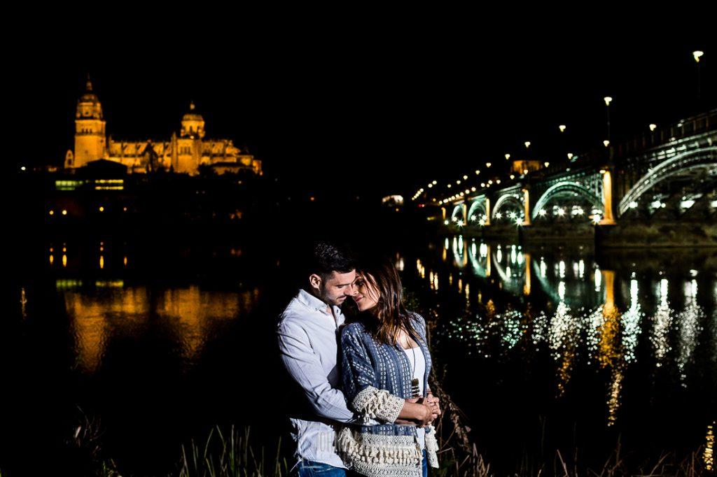 Pre boda en Salamanca de Noelia y Cesar realizada por Johnny Garcia, Una foto de la pareja a la orilla del río Tormes en Salamanca