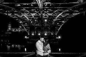 Pre boda en Salamanca de Noelia y Cesar realizada por Johnny Garcia, la pareja debajo de uno de los puentes que cruzan el rio Tormes, al fondo la Catedral de Salamanca