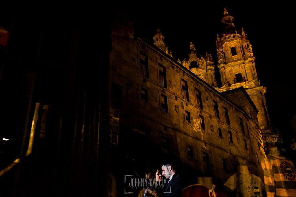 Pre boda en Salamanca de Noelia y Cesar realizada por Johnny Garcia, una foto de la pareja reflejados en un escaparate de Salamanca donde se ve la casa de las Conchas