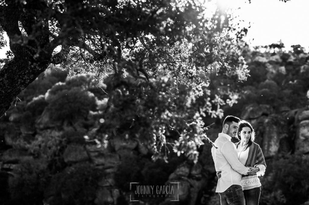 Pre boda en Salamanca de Noelia y Cesar realizada por Johnny Garcia, Noelia y Casar abrazados cerca del puente Mocho