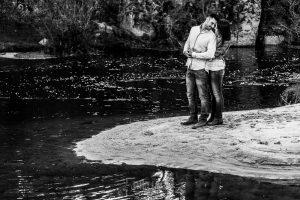 Pre boda en Salamanca de Noelia y Cesar realizada por Johnny Garcia, la pareja a la orilla del río