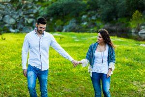 Pre boda en Salamanca de Noelia y Cesar realizada por Johnny Garcia, Noelia y Cesar pasean por una pradera verde