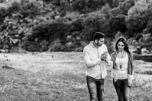 Pre boda en Salamanca de Noelia y Cesar realizada por Johnny Garcia, Csar besa la mano de Noelia mientras pasean