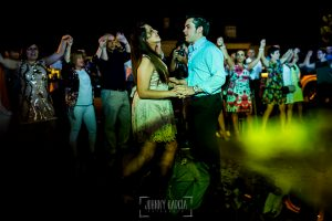 Boda en Almaraz, Cáceres, Marta y Samuel, realizada por Johnny Garcia, fotógrafo de bodas en Extremadura, Marta y Samu bailan en la fiesta del día antes de la boda