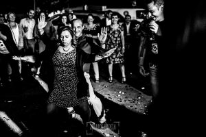 Boda en Almaraz, Cáceres, Marta y Samuel, realizada por Johnny Garcia, fotógrafo de bodas en Extremadura, dos invitados bailan en la fiesta de pedida