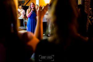 Boda en Almaraz, Cáceres, Marta y Samuel, realizada por Johnny Garcia, fotógrafo de bodas en Extremadura, una amiga de Marta canta a la pareja