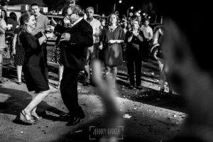 Boda en Almaraz, Cáceres, Marta y Samuel, realizada por Johnny Garcia, fotógrafo de bodas en Extremadura, los padre de Marta bailan en la fiesta