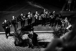 Boda en Almaraz, Cáceres, Marta y Samuel, realizada por Johnny Garcia, fotógrafo de bodas en Extremadura, Samu junto a la tuna rondando a la novia