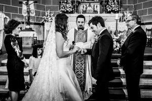 Boda en Almaraz, Cáceres, Marta y Samuel, realizada por Johnny Garcia, fotógrafo de bodas en Extremadura, la pareja en el momento de intercambiar anillos