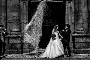 Boda en Almaraz, Cáceres, Marta y Samuel, realizada por Johnny Garcia, fotógrafo de bodas en Extremadura, Marta y Samuel salen de la iglesia y les cae una gran cantidad de arroz