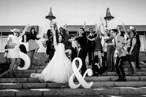 Boda en Almaraz, Cáceres, Marta y Samuel, realizada por Johnny Garcia, fotógrafo de bodas en Extremadura, una foto de grupo de Marta y Samuel junto a sus amigos