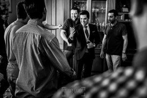 Boda en Almaraz, Cáceres, Marta y Samuel, realizada por Johnny Garcia, fotógrafo de bodas en Extremadura, Samuel se viste acompañado por sus amigos