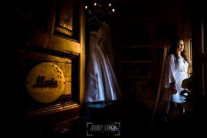 Boda en Almaraz, Cáceres, Marta y Samuel, realizada por Johnny Garcia, fotógrafo de bodas en Extremadura, un retrato de Marta en la casa de sus padres antes de empezar a vestirse
