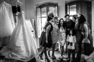 Boda en Almaraz, Cáceres, Marta y Samuel, realizada por Johnny Garcia, fotógrafo de bodas en Extremadura, Marta se abraza a sus amigas